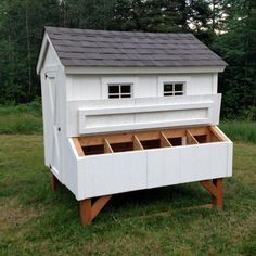 Building A DIY Chicken Coop If you've never had a flock of chickens and are considering it, then you might actually enjoy the process. It can be a lot of fun to raise chickens but good planning ahead of building your chicken coop w Chicken Barn, Best Chicken Coop, Backyard Chicken Coops, Building A Chicken Coop, Chicken Runs, Chickens Backyard, Chicken Coup, Large Chicken Coop Plans, Chicken Houses