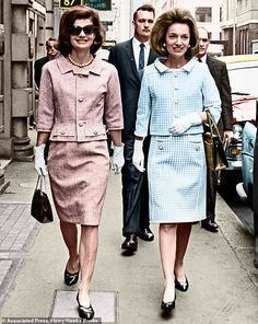 Nadire Atas on the Kennedy Family Sisters Jackie Kennedy and Lee Radziwill loved each other but competed over everything Jackie Kennedy Sister, Estilo Jackie Kennedy, Jackie Kennedy Quotes, Jackie Kennedy Wedding, Jaqueline Kennedy, Jacqueline Kennedy Onassis, John Kennedy, 1960s Fashion, Vintage Fashion