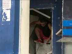 Brasil: Pedestres pegam dinheiro do chão após explosão de multicaixas  http://angorussia.com/noticias/mundo/brasil-pedestres-pegam-dinheiro-do-chao-apos-explosao-de-multicaixas/