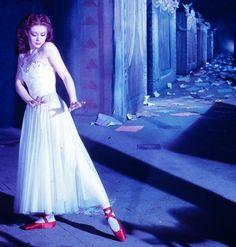 Moira SHEARER est une danseuse et actrice écossaise, née le 17 janvier 1926 à Dunfermline (Royaume-Uni), décédée le 31 janvier 2006 à Oxford (Royaume-Uni). PHOTOS du film Les Chaussons rouges (The Red Shoes) est un film britannique réalisé par Michael POWELL et Emeric PRESSBURGER, sorti en 1948.