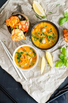 Gelbe Curry Suppe mit Bratwurstbällchen und Möhren-Nudeln {schnell & einfach} | Yellow Curry Soup with Meatballs and Carrot Noodels | Rezept auf carointhekitchen.com | #recipe #lecker #einfach #schnell #resteverwertung