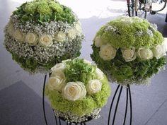 Compositions rondes de roses, dans les tons vert et blanc