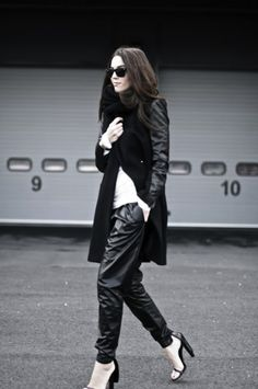 leather sleeve - must have it NOW! Leather Sleeve Jacket, Leather Pants, Black Leather, Leather Jackets, Street Chic, Street Style, Fashion Outfits, Womens Fashion, Fashion Trends