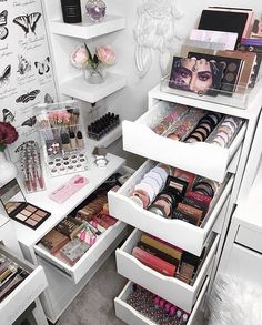 How to Organize & Display Makeup in Cool Ways, makeup organization,makeup vanity,makeup storage organization small spaces Makeup Room Decor, Makeup Rooms, Makeup Collection Storage, Make Up Collection, Makeup Kit Images, Makeup Palette Storage, Rangement Makeup, Makeup Storage Organization, Bedroom Organization