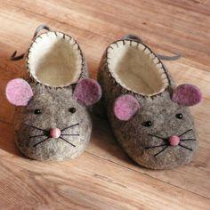 Dětské botky - Myšky Netradiční teploučké měkké vlněné botky. Originálně ručně zdobené korálky a plstěnou aplikací. Podážka je podlepena kvalitní kůží , obšito voskovanou obuvnickou dratví. Plstěno v ruce a posléze doplstěno v pračce, bez použití chemických prostředků (vyjma mýdla). Celý proces je velmi pracný, výsledkem je ovšem jedinečný výrobek. ...