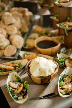 16 Fresh Ideas for a Farm-to-Table Wedding & It& all about the food when it comes to farm-to-table weddings. The fresher the ingredients, the better the dishes! Wedding Food Bars, Food Truck Wedding, Wedding Food Stations, Wedding Reception Food, Table Wedding, Wedding Menu, Reception Ideas, Wedding Shoot, Wedding Planning