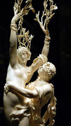 Apolo perseguindo a ninfa Dafne, que se transmuta em um pé de louro para escapar do assédio de Apolo.O deus, então,faz uma coroa com as folhas,com a qual passa a ser representado.