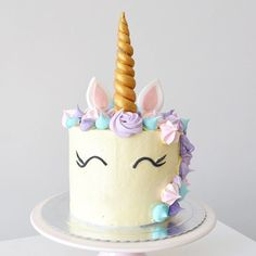 Olha que amor ficou o bolo de unicórnio do niver do @instadobem! Encomendas no @bolosdacintia  There it is, the unicorn cake! Isn't it lovely?  . #bolosdacintia #instadobem #indiretasdobem #unicorn #unicornio #bolodeunicornio #buttercream #cake #cakeboss #meringue #candycolors #unicorncake