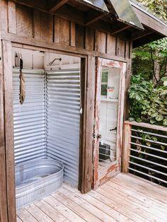 Carolina Do Norte, North Carolina, Tiny House Cabin, Cabin Homes, Cabine Diy, Outhouse Bathroom, Small Cabin Bathroom, Off Grid Cabin, Off Grid House