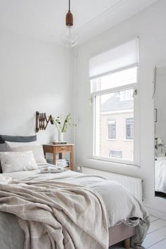 Absolutely inviting #natural #white #bedroom with #wood and #linen_bedding