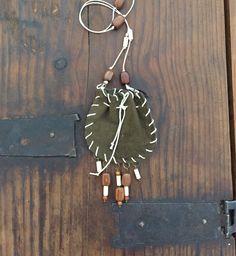 Morral para amuleto , amulet pouch con cuentas de madera de CorazonHuichol en Etsy https://www.etsy.com/mx/listing/536436910/morral-para-amuleto-amulet-pouch-con