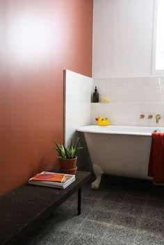 Salle de bain Baignoire Peinture Terracotta Canard en plastique jaune Appartement Stéphanie Lizée