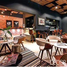 Industrial, moderno e sofisticado, Café do Clube | Revista Decor, assinado pelos arquitetos Carla Oliveira e Ricardo Cavichioni para a Casa Cor RS, combina tons neutros e mobiliário irreverente em uma composição elegante.