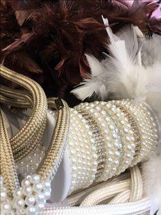 PLUMAS E PÉROLAS | As plumas remetem ao glamour, e na decoração elas também tem espaço nos pingentes. Pode apostar! #decoracao #pingentes #cortinas #SpenglerDecor