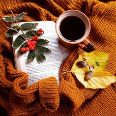 Autumn Tea, Autumn Cozy, Autumn Leaves, Coffee Photography, Autumn Photography, Creative Photography, Autumn Flatlay, Hand Photo, Autumn Scenes