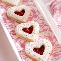 Biscuits en coeur pour la St-Valentin / Heart cookies for Valentine's Day Valentine Theme, Valentine Cookies, Valentines Day Treats, Valentine Day Love, Vintage Valentines, Holiday Treats, Heart Cookies, Cute Cookies, Jam Cookies