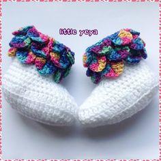 chaussons bottes bébé fille crochetée main dans un fil doux blanc et multicolore : Mode Bébé par little-yeya