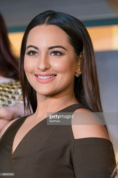 Indian actress Sonakshi Sinha gestures during a press conference held to present the Bollywood Oscars in Madrid on March Get premium, high resolution news photos at Getty Images Kareena Kapoor Khan, Deepika Padukone, Indian Celebrities, Bollywood Celebrities, Bollywood Saree, Bollywood Fashion, Celebrity Memes, Celebrity Wallpapers, Beautiful Bollywood Actress