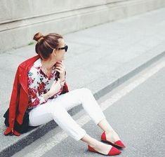 白パンツとローヒール赤パンプスと花柄シャツコーディネート