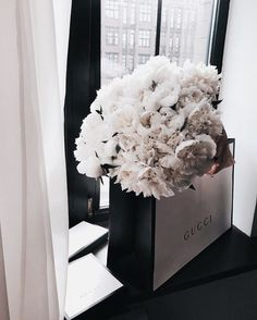 Image uploaded by ♛ C𝕙𝕒𝕣𝕝𝕚𝕟𝕖 ♛. Find images and videos about white, flowers and luxury on We Heart It - the app to get lost in what you love. My Flower, Beautiful Flowers, Fresh Flowers, Photowall Ideas, Style Hipster, Bloom, No Rain, Flower Aesthetic, Diy Art