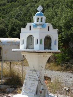 The significance of those roadside shrines in mainland Greece | Travel Dudes Social Travel Blog