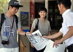 A man receives an extra edition of a Japanese newspaper reporting the semifinal win of Japan's Kei Nishikori at the U.S. Open tennis championships, in Matsue, Nishikori's hometown, western Japan, Sunday, Sept. 7, 2014. (AP Photo/Kyodo News) JAPAN OUT ▼7Sep2014AP|Japanese fans rejoice in Nishikori's US Open win http://bigstory.ap.org/article/japanese-fans-rejoice-nishikoris-us-open-win #US_Open_Tennis_2014 #Matsue_Shimane