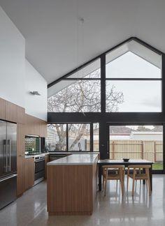 Helle Küche. Große Glasfront