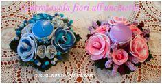Centrotavola con rose, roselline, lavanda e campanule all'uncinetto - Candela color lilla h.cm 11 oppure blu- diametro cm. 24 www.nonsolofiori.com