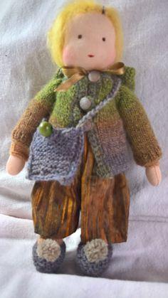 Ze maakt een wandelingetje op haar...... Pompon slofjes. Tasje mee, lekker warm jasje aan en mutsje op. ...