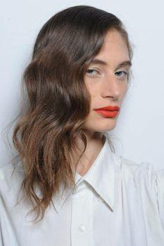 Účesy s vlnami sú ďalším trendom pre dámske vlasy v roku 2014. Jednoducho si nastylujte vlasy do vĺn a prehoďte cez plece dopredu. Muži vám neodolajú.