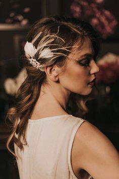 Sie sehen ein neues Element aus unserer 2017 Kollektion!  Singende Lady  Inspiriert durch die 20-s - das heißt Tatjanas beliebtesten Mode-Ära - geboren wurde diese Sammlung von Haar-Accessoires. Glasperlen, funkeln und Federn – Wir lieben sie alle! Kopf-Stücke aus diesem Bereich werden nicht nur einen Gatsby inspirierten Braut-Look vervollständigen, aber sind unglaublich stilvoll zu tragen, um einen Flapper-Dance-Party!  Dies ist eine sehr schöne Art-Deco-Haarkamm mit Federn bestickt Hand…