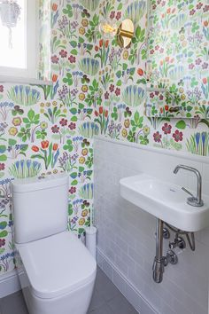 toaleta / toilet our project Floral Flowers, Toilet, Curtains, Shower, Bathroom, Wallpaper, Spring, Rain Shower Heads, Washroom