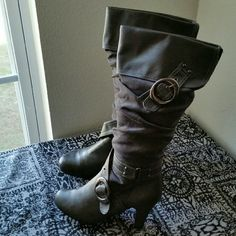 DOLLHOUSE....BEAUTIFUL...TALL GRAY BOOTS...... GREAT CONDITION..... .......NORMAL WEAR TO THEM. .......REALLY NICE ......true to its size and color. ........gray with SUEDE MATERIAL .......MAN MADE UPPER LEATHER ......2 pic black  buckles on side with studs knee  .......4 pic have some normal wear to them. .......top and bottom .......comfortable boots.  .......HEEL IS 3..1/2... ......better in person .... Dollhouse Shoes Heeled Boots