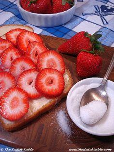 Aardbeien met suiker op witbrood. Aardbeien op beschuit met suiker waren een taartje.