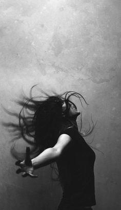 Un cri dans ma poitrine Un cri dans ma poitrine Tonnerre, éclair, coeur et tambour résonne, m' étonne Ronde des mots qui s' échappe, ronde de soi Il veut sortir, respirer, humer les nuages, ce cri Il veut dire, redire, exprimer, hurler, ce cri Il pousse...