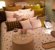 la cerise sur le gateau coussin rose jaune moutarde designer inspiration chambre  coussins nombreux tissus originaux pois carreaux bleu moutarde blanc