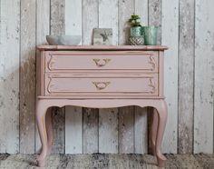 süßer Shabby Chic / Landhaus Nachttisch in Rosa - von Junikumo auf DaWanda.com