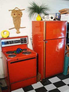 Rare poppy red stove and refrigerator - original colors from red color refrigerator - Red Things Vintage Kitchen Appliances, Kitchen Appliance Storage, Retro Kitchens, 1950s Kitchen, Dream Kitchens, Red Bar Stools, Vintage Refrigerator, Vintage Stoves, Retro Stoves