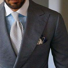 グレーのスーツと同系色のネクタイ+明るいシャツ