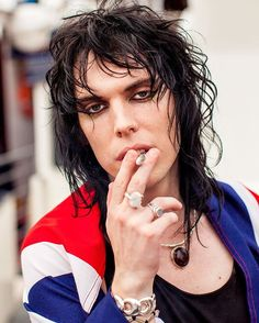 smoking is vile but still damn 😛 Gethin Davies, Rock Makeup, Music Bands, Music Music, I Adore You, Cool Rocks, Rocker Style, Rhythm And Blues, Androgyny