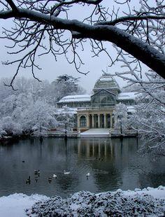Palacio de cristal nevado, en el parque del Retiro, Madrid. http://www.guiarepsol.com/es/turismo/atractivos-naturales/74476-parque-de-el-retiro/