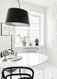 Small space inspiration in monochrome (my scandinavian home) Scandi Home, Scandinavian Apartment, Scandinavian Home, Dining Room Inspiration, Interior Inspiration, Student Apartment, Space Interiors, Interior Decorating, Interior Design