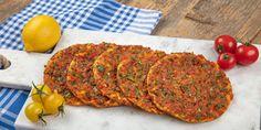 Αυτή η συνταγή θα κάνει το σπίτι να μυρίσει πολίτικη κουζίνα. Για τους λάτρεις των πικάντικων γεύσεων και όσους αναζητούν παραδοσιακές ανατολίτικες συνταγές. | GASTRONOMIE | iefimerida.gr | πίτσα, συνταγή, κιμάς, κρεμμύδι, λαχματζούν, ζύμη
