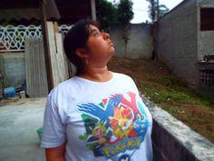 Com minha camiseta de Pokémon XY da Nintendo Blast