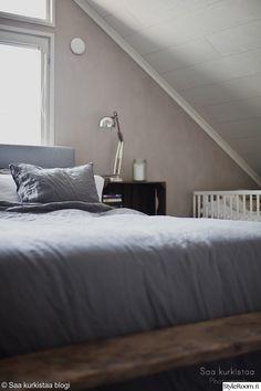 """Jäsenen """"saakurkistaa"""" pellavalakant näyttävät kauniilta myös hieman ryppyisinä. Ikkunasta tuleva valo heijastaa niiden väriä kauniisti. #styleroom #inspiroivakoti #makuuhuone Attic Bedrooms, Closet Bedroom, Master Bedroom, Loft Stairs, Attic Loft, Bedroom Retreat, Future House, Minimalism, Interior Design"""