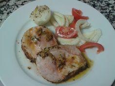 Lomo de cerdo con salsa de ajo confitado y ensalada de hinojo con tomate.