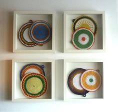 O Canto do Galo: Pegas em crochet Topfdeckel als Kunst