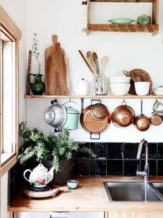 """使い勝手や清潔さ、見た目の素敵さも重視したいキッチンの「吊るす収納」。空間全体の素敵さだけにとらわれがちですが、今回は視点を細かくして、""""何を""""、""""どこに""""、""""どうやって""""などに注目してみませんか?真似できるヒントがきっと見つかります☆"""