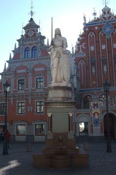 Statue de Roland et la maison des têtes noires en arrière plan. Riga.