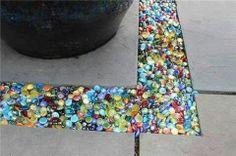 Colored glass instead of gravel in the garden or patio - DIY Gartendekor Dollar speichert Outdoor Projects, Garden Projects, Outdoor Decor, Diy Projects, Outdoor Stuff, Outdoor Living, Diy 2019, Diy Garden, Garden Ideas
